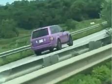 Lái Range Rover màu tím chạy ngược chiều trên cao tốc Nội Bài - Lào Cai, tài xế bị CSGT mời lên làm việc