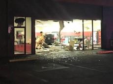 Không giảm được tốc độ, nam thanh niên lao ô tô vào cửa hàng sửa phanh