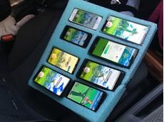 Cảnh sát bất ngờ toàn tập trước cảnh tài xế ngồi chơi Pokémon GO trên 8 chiếc điện thoại đồng lúc