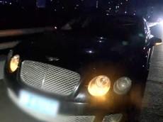 """Xe Bentley, Land Rover và Audi nằm la liệt chờ cứu hộ đến giải quyết sau khi bị sập """"ổ gà"""" trên cầu"""