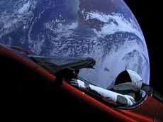 Tesla Roadster của tỷ phú Elon Musk đã trở thành chiếc xe đầu tiên đi vòng quanh Mặt Trời