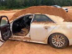 Vì ghen tuông, thanh niên đổ đầy đất lên chiếc xe sang Cadillac CTS của bạn gái