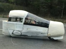 Phương tiện có thân vỏ dán băng dính kỳ dị này được coi là một chiếc xe máy và hoàn toàn hợp pháp