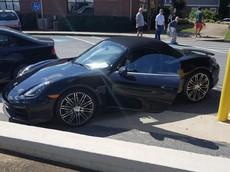 """Chủ xe Porsche bị bắt giữ chỉ vì đùa dại với tờ giấy đe dọa """"xe gài bom"""" trên mặt táp lô"""
