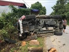 Yên Bái: Ford Everest tông vào đống gỗ bên đường, lật nghiêng