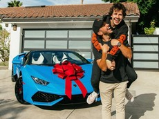 """YouTuber khiến nhiều người """"phát hờn"""" khi tặng siêu xe Lamborghini Huracan trị giá 6,7 tỷ đồng cho bạn thân"""