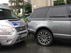 """Hà Nội: Tông vào đuôi xe Range Rover hơn 8 tỷ đồng, Ford Transit móp dàn áo, tài xế """"đền ốm"""""""