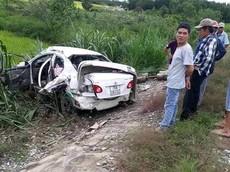 Quảng Ngãi: Toyota Corolla Altis băng qua đường ray, bị tàu hỏa tông nát