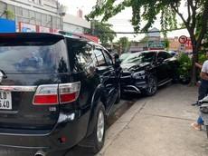 Sài Gòn: Ô tô hạng sang Mercedes-Benz đâm hàng loạt xe máy khiến 4 người bị thương