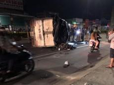 Bình Dương: Ô tô tải lật nghiêng, đè trúng xe máy Yamaha Exciter khiến 1 thanh niên nguy kịch