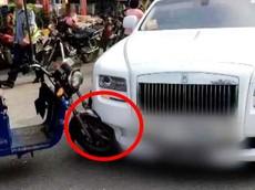 Chạy xe ngược chiều tông vào Rolls-Royce Ghost, người lái xe 3 bánh suýt phải đền 65 triệu đồng