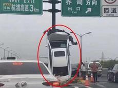 Sau tai nạn, chiếc ô tô do cô gái cầm lái dựng đứng hướng lên trời