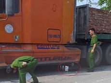 Video: Vượt xe bán tải, xe máy va chạm với xe container, 2 học sinh thương vong tại Hải Phòng
