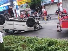 """Sài Gòn: """"Thánh lật"""" Toyota Fortuner ngửa bụng giữa đường lúc sáng sớm"""