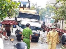 Quảng Bình: Xe ben chở máy xúc tông đổ cổng làng, tài xế tử vong tại chỗ