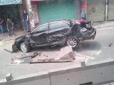 Sài Gòn: Va chạm với xe container, Toyota Camry ủi bay dải phân cách, lao sang làn đường xe máy
