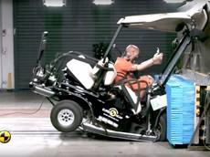 Người ngồi sẽ gặp nguy hiểm thế này khi... va chạm trên xe gôn ở tốc độ 50 km/h