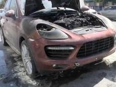 SUV hạng sang Porsche ở Trung Quốc bất ngờ bốc cháy như ngọn đuốc ngay giữa đường phố