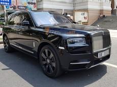 """Cận cảnh """"viên kim cương"""" siêu khổng lồ Rolls-Royce Cullinan trên đường phố Sài thành"""