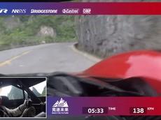 """Đây là cảm giác ngồi trong xe đua điện Volkswagen ID.R lập kỷ lục leo lên """"Cổng Trời"""" ở Trung Quốc"""