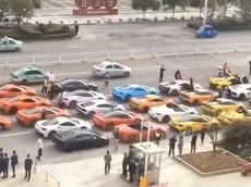Cảnh sát chặn bắt đoàn siêu xe hơn 30 chiếc rước dâu ở Trung Quốc, cách giải quyết mới khiến nhiều người bất ngờ