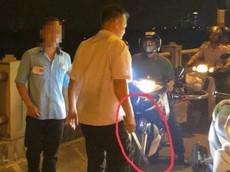 """Hà Nội: Bị người điều khiển xe máy """"lườm"""", tài xế và phụ xe buýt xuống xe đánh người"""