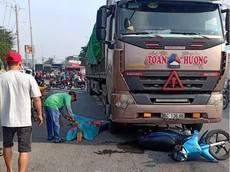 Sài Gòn: Xe máy va chạm với xe container, cả gia đình 3 người thương vong