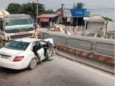 Hà Nam: Xe sang Mercedes-Benz C-Class vượt ẩu, bị xe trộn bê tông đâm bẹp dúm