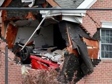 Xe sang Porsche Boxster bay lên tầng 2 của một ngôi nhà, 2 thanh niên tử vong tại chỗ