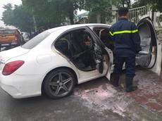 Hà Nội: Xe sang Mercedes-Benz C300 AMG đang đỗ thì bốc cháy, hỏng toàn bộ nội thất