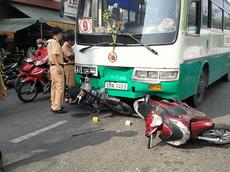 Xe buýt mất phanh, tông gục hơn 10 xe máy đang đứng chờ đèn đỏ tại TP. Hồ Chí Minh