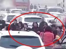 Hàng chục phụ nữ lớn tuổi nhảy múa trên đường cao tốc