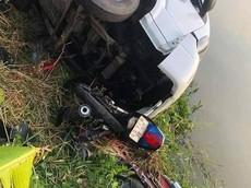 Cà Mau: Ô tô tải tông 2 xe máy xuống sông, 2 nam sinh bị thương nặng