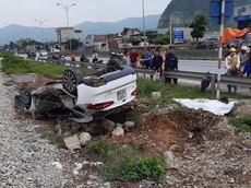 Nghệ An: Tàu hỏa tông lật Kia K3, nữ tài xế tử vong tại chỗ