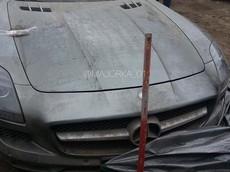 Siêu xe cửa cánh chim Mercedes-Benz SLS AMG bị cảnh sát tịch thu và vứt chỏng chơ một chỗ