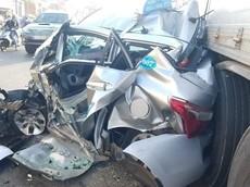 Đồng Nai: Xe taxi bị ô tô tải vò nát dưới gầm, 2 người trong xe thoát chết kỳ diệu