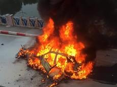 Hà Nội: Nữ tài xế lái Mercedes-Benz GLC tông 3 xe máy khiến ô tô bốc cháy, 1 người tử vong