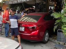 """Sài Gòn: Ô tô Mazda lao vào quán café có tên """"Chạy"""", một người bị thương"""