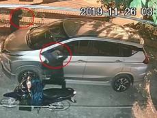 """Hai tên trộm phối hợp nhịp nhàng """"vặt gương"""" xe Mitsubishi Xpander trong vòng 12 giây"""