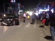 Video: Yamaha Exciter vượt đèn đỏ, tông trực diện ô tô khiến 2 người bị thương tại Quảng Ninh