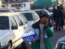 """Các tài xế Bắc Kinh liều lĩnh """"kết hôn với người lạ"""" để có được biển kiểm soát xe đi trong thành phố"""