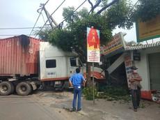 Rùng mình với video xe container húc đổ dải phân cách, đâm sập nhà dân tại Sài Gòn