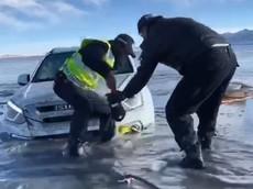 Khách du lịch lái xe Isuzu xuống hồ băng chơi bất ngờ gặp sự cố