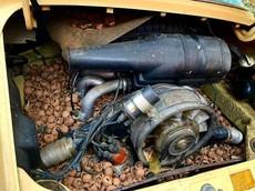 """Bị bỏ rơi nhiều năm, khoang động cơ của chiếc Porsche 911 cổ điển này trở thành """"chỗ chứa hạt óc chó"""" của lũ sóc"""