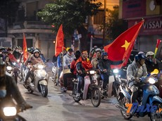 Việt Nam đại thắng 4-0 trước Campuchia, cổ động viên xuống đường ăn mừng đội nhà vào chung kết