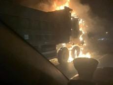 Va chạm với xe máy, xe ben cháy ngùn ngụt trên cao tốc Hà Nội - Bắc Giang, 1 người tử vong