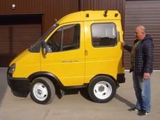 """Hài hước cảnh người Nga thử nghiệm lái một chiếc xe buýt mini được """"cắt ngắn đặc biệt"""""""