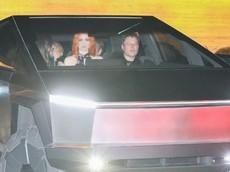 Đích thân lái xe bán tải chống đạn Tesla Cybertruck ra phố, triệu phú Elon Musk gây tai nạn nhỏ