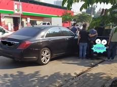 Hà Nội: Tài xế thiếu quan sát tông Mercedes-Benz S500 vào đuôi xe tải nhỏ đỗ bên đường