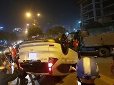 """Hà Nội: Honda CR-V lật ngửa khi """"đi bão"""" mừng U22 Việt Nam vô địch Sea Games"""